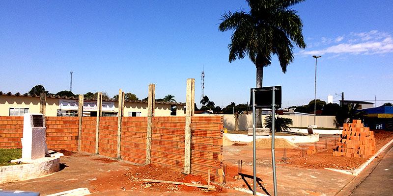 Muro e calçamento de entrada do cemitério